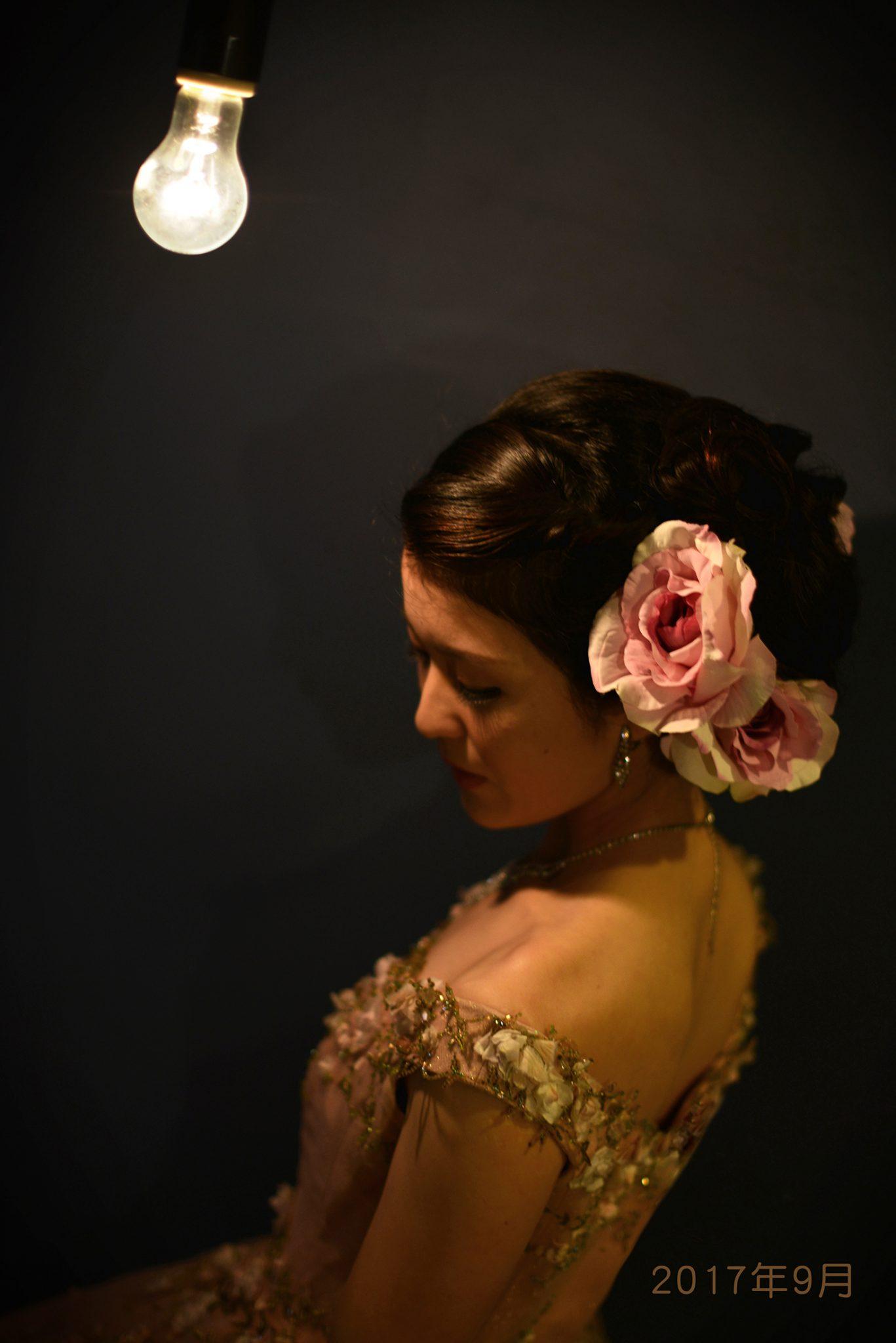 成人式 ドレス 白熱灯 女性
