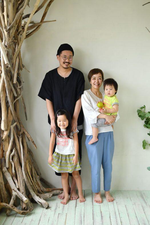 家族写真 パパママ ニコニコ 私服