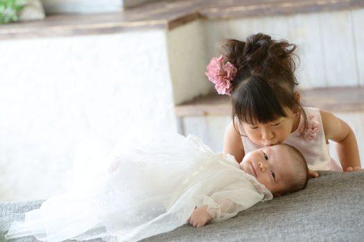 お宮参り ドレス キス お姉ちゃん