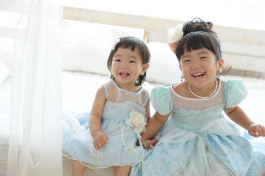 姉妹撮影 ドレス 水色 ベッド