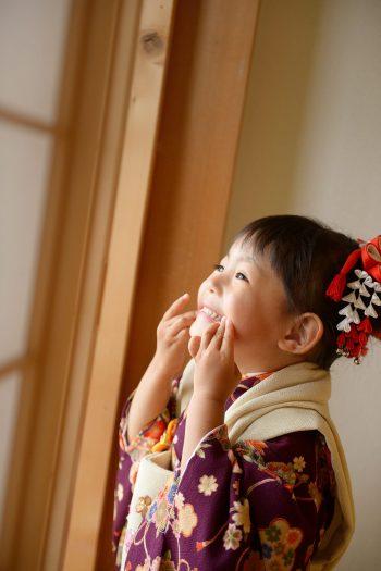 3歳女の子 七五三 紫色の着物 変顔