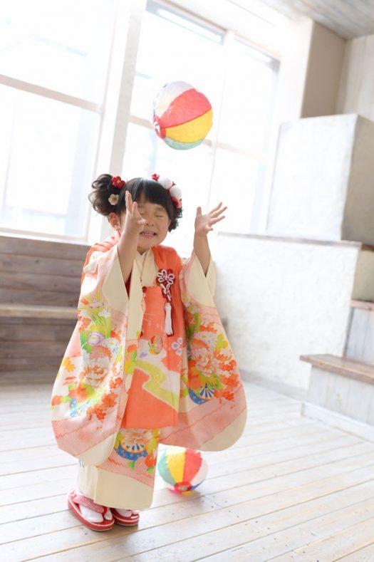 七五三 女の子 3歳 紙風船 黄色い着物