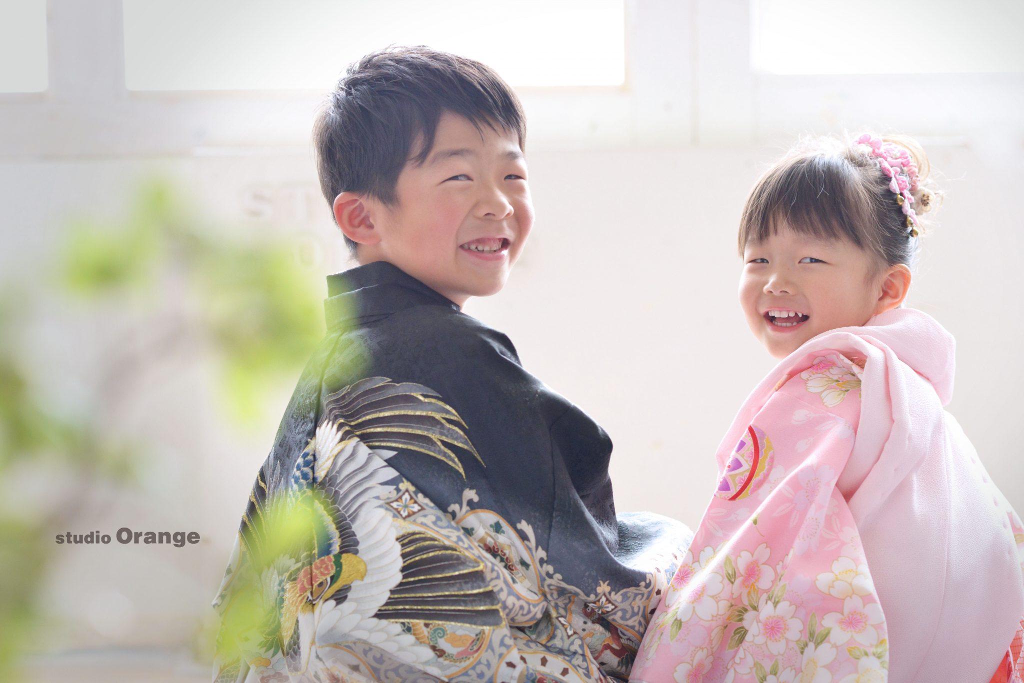兄妹 振り返り 着物 七五三 奈良市 フォトスタジオ ハウススタジオ