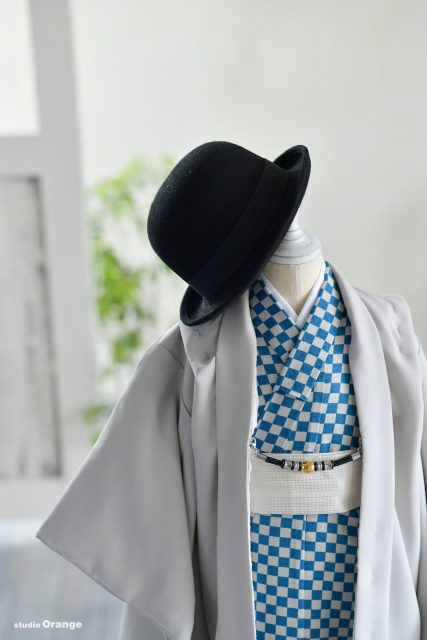 5歳男の子 黒の帽子 青いチェック グレー羽織
