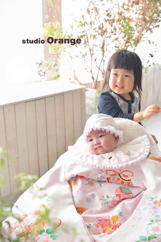 奈良市のフォトスタジオ、スタジオオレンジで撮影。産着をかけた女の子と、お姉ちゃんの2ショット。