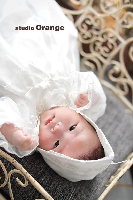 奈良市のフォトスタジオ、スタジオオレンジでお宮参り撮影。ベビードレスを着てベッドで寝ている赤ちゃん。