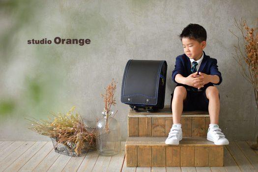 奈良市のフォトスタジオ、スタジオオレンジで小学校入学の記念撮影。入学式にも使ったスーツ姿でランドセルと2ショット。