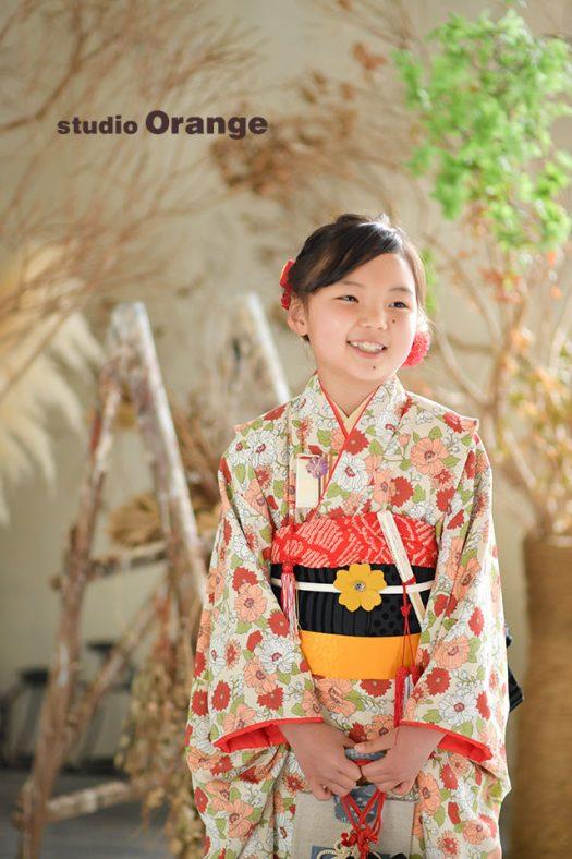 奈良市のフォトスタジオ、スタジオオレンジで7歳女の子の七五三撮影。ドライフラワー中心の落ち着いたセットとよく合う色味の着物で。