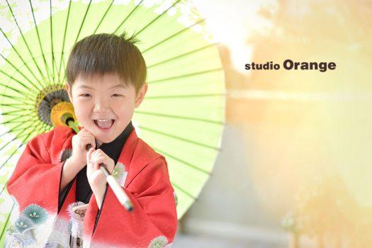 奈良市のフォトスタジオ、スタジオオレンジで七五三撮影。太陽光で溢れるセットの中で、真っ赤な着物を着て素敵な笑顔。