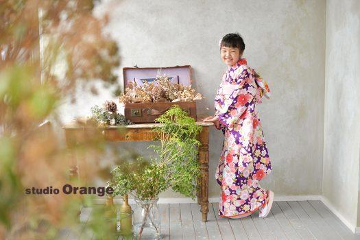 奈良市のフォトスタジオ、スタジオオレンジで10歳記念の撮影。紫の着物を着てポージング。