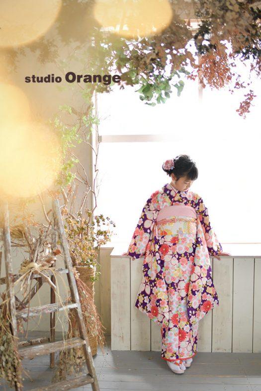 奈良市のフォトスタジオ、スタジオオレンジでハーフ成人式撮影。ドライフラワーに囲まれた明るいハウススタジオで着物を着て記念撮影。
