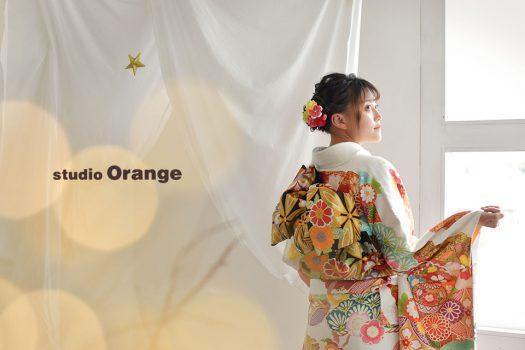 奈良市のフォトスタジオ、スタジオオレンジで成人式の撮影。帯と袖の柄がよく見えるバックショット。