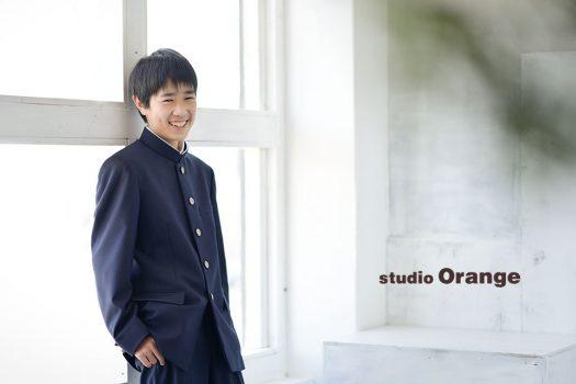 奈良市のフォトスタジオ、スタジオオレンジで入学記念撮影。撮影終盤かなりほぐれてきた様子。新しい制服に初めて袖を通して撮影。