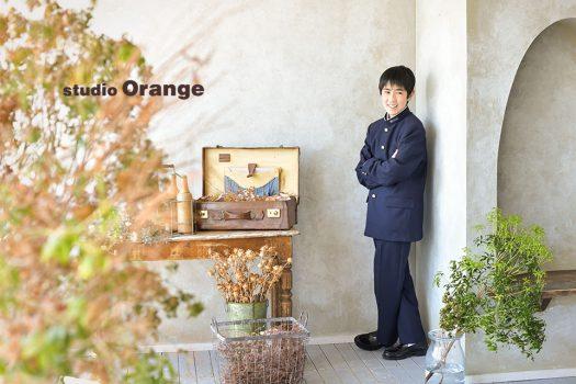 奈良市のフォトスタジオ、スタジオオレンジで入学記念撮影。思春期で照れもありながら、ふと見せた笑顔を押さえた1枚。