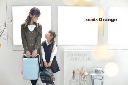 奈良市のフォトスタジオ、スタジオオレンジで小学校の卒業記念撮影。叔母さまが仕立ててくれた衣装で6年間一緒に頑張ったランドセルと。