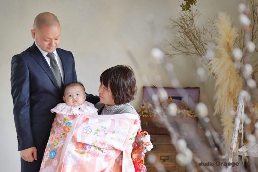 奈良市のフォトスタジオ、スタジオオレンジでお宮参りの記念撮影。春日大社へのお参り前に、スタジオで産着をかけての家族撮影。