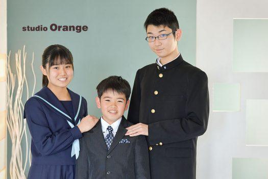 奈良市のフォトスタジオ、スタジオオレンジで卒業記念撮影。卒業して着なくなった制服たちとのお別れの記念撮影。