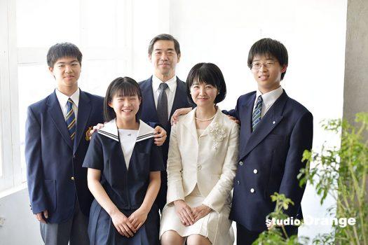 奈良市のフォトスタジオ 、スタジオオレンジで入学記念のご撮影。お子様たちは制服を着て家族揃って記念撮影。