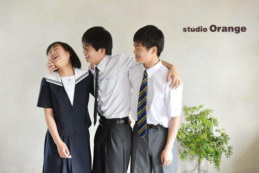 奈良市のフォトスタジオ 、スタジオオレンジで入学記念のご撮影。仲良しな兄妹で制服を着て3人ショット。