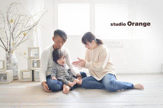 奈良市のフォトスタジオ、スタジオオレンジでご家族撮影。太陽光が差し込むスタジオでナチュラルな雰囲気のファミリーフォト。