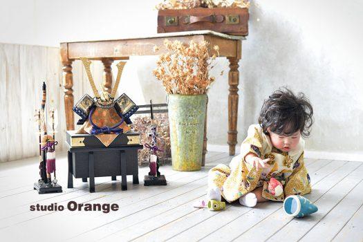 奈良市のフォトスタジオ、スタジオオレンジで端午の節句撮影。鯉のぼりのおもちゃで遊ぶ姿を兜と一緒に。