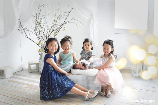 奈良市のフォトスタジオ、スタジオオレンジで撮影。自然光いっぱいのセットの中ドレスアップしたお姉ちゃんたちに囲まれた弟くん。