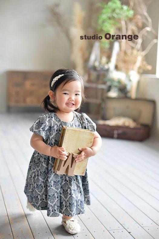 奈良市のフォトスタジオ、スタジオオレンジでお誕生日撮影。ドレスとカチューシャでいつもと違う雰囲気で撮影。