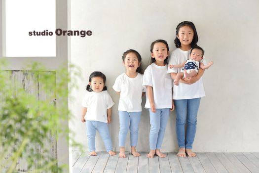 奈良市のフォトスタジオ、スタジオオレンジで撮影。白いシャツとデニムのリンクコーデでお姉ちゃん4人と弟くん1人の姉弟撮影。