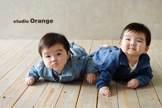 奈良市のフォトスタジオ、スタジオオレンジで撮影。双子ちゃんの2ショットを、お持ち込みのジーンス地のロンパースで。