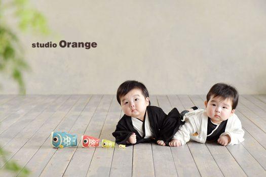 奈良市のフォトスタジオ、双子の端午の節句撮影。白と黒の袴ロンパースで色違い2ショット。