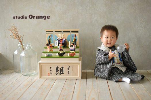 奈良市のフォトスタジオ、スタジオオレンジで端午の節句撮影。お持ち込みの木彫りの兜と着物を着て2ショット。