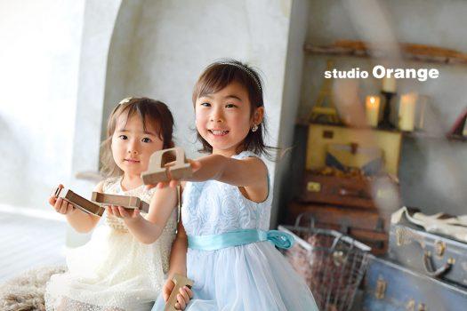 奈良市のフォトスタジオ、スタジオオレンジで撮影。姉妹でドレスを着て2ショット。