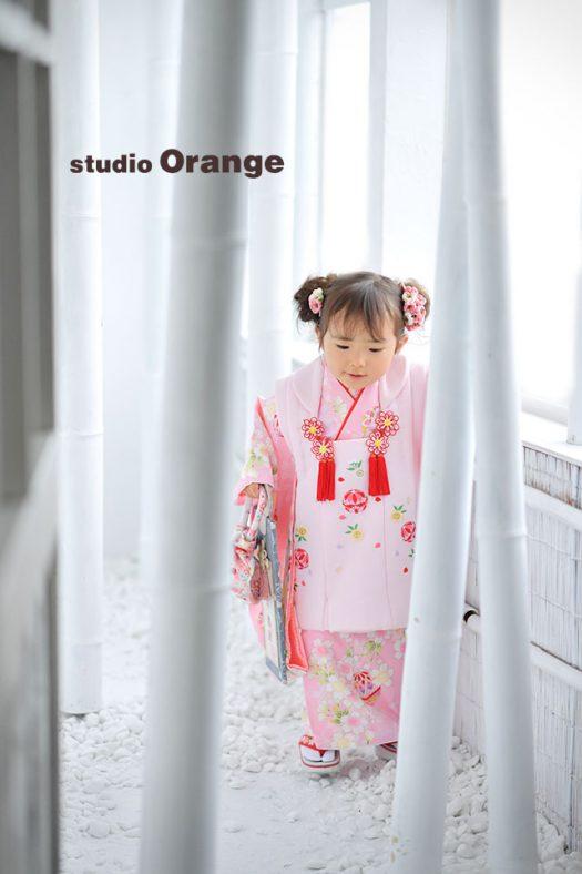 奈良市のフォトスタジオ、スタジオオレンジで3歳女の子の七五三撮影。お被布も髪飾りもピンクで揃えて女の子らしく撮影。