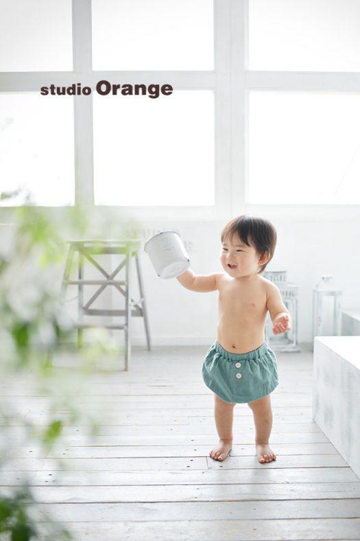 奈良市のフォトスタジオ、スタジオオレンジでバースデー撮影。おむつカバーを履いて裸んぼ姿を撮影。