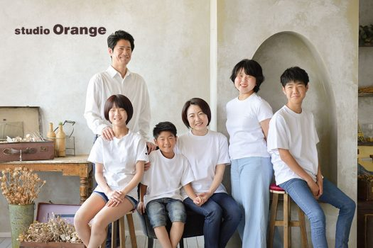 奈良市のフォトスタジオ、スタジオオレンジで撮影。白いシャツとデニムで家族撮影。