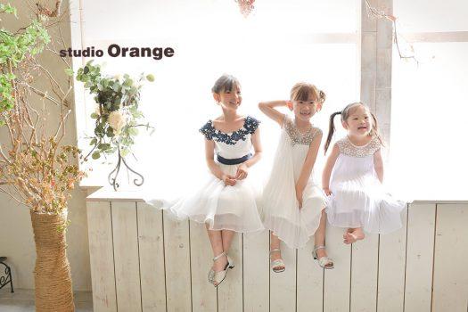 奈良市のフォトスタジオ、スタジオオレンジで撮影。姉妹3人一緒にドレスを着てご撮影。