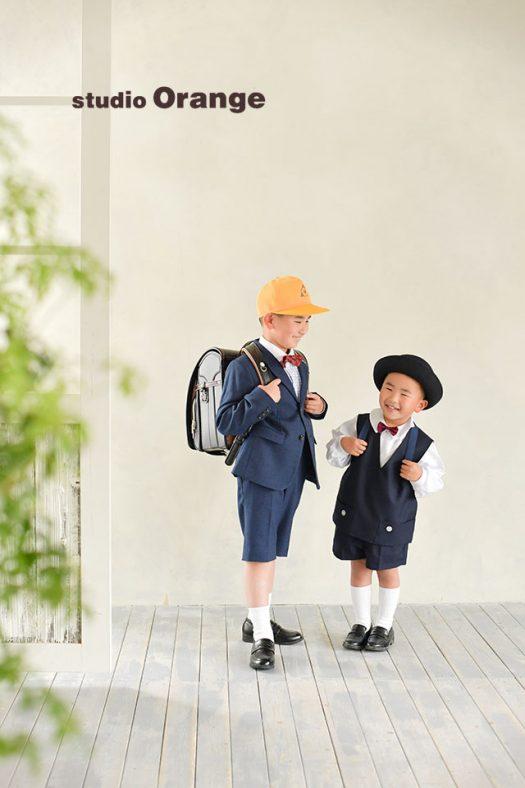 奈良市のフォトスタジオ、スタジオオレンジで入学、入園の記念撮影。お兄ちゃんはランドセル、弟君は園バッグを背負って兄弟撮影。