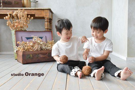 奈良市のフォトスタジオ、スタジオオレンジで兄弟撮影。スタジオのカジュアルな衣装をお揃いで着て撮影。