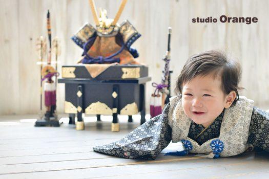 奈良市の写真館、スタジオオレンジで初節句の撮影。兜と一緒に着物を着て撮影。
