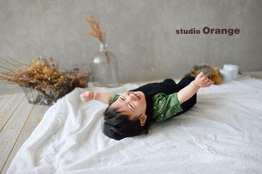 奈良市の写真館スタジオオレンジで撮影。太陽光溢れるスタジオで、お私服の1人撮影。