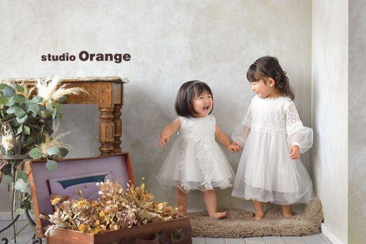 奈良市のフォトスタジオ、スタジオオレンジで姉妹撮影。色味を揃えて2ショット。手を繋いで楽しそうにダンス。