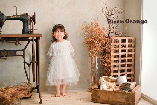奈良市のフォトスタジオ、スタジオオレンジで撮影。アンティークミシンのあるスタジオで真っ白なドレスを着た立ち姿を撮影。