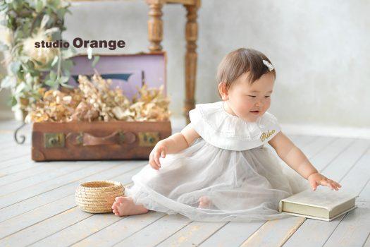 奈良市の写真館スタジオオレンジで撮影。持ち込みのドレスと名前の入ったスタイを着けて。ハンドメイドのスタジオ、太陽光の中で撮影。