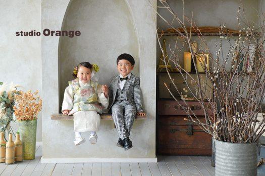 奈良市のフォトスタジオ、スタジオオレンジで3歳女の子の七五三撮影。モダン柄の着物を着てスーツでキメたお兄ちゃんと兄妹撮影。