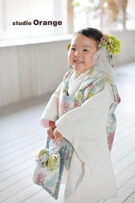 奈良市のフォトスタジオ、スタジオオレンジで3歳女の子の七五三撮影。モダン柄のお着物とお持ち込みの髪飾りでオシャレに撮影。