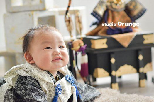 奈良市のフォトスタジオ、スタジオオレンジで端午の節句のご撮影。兜をバックに着物を着て上手にうつ伏せ。