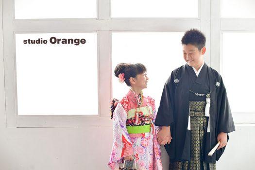 奈良市のフォトスタジオ 、スタジオオレンジで10歳記念撮影。兄妹揃って着物を着て2ショット。仲良く手を繋いで笑い合う2人。