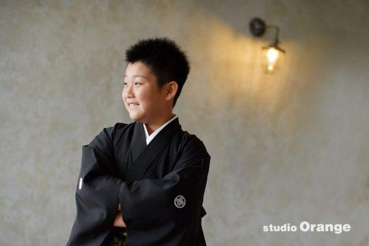 奈良市のフォトスタジオ、スタジオオレンジで10歳男の子のハーフ成人撮影。黒い紋付袴でかっこよく。
