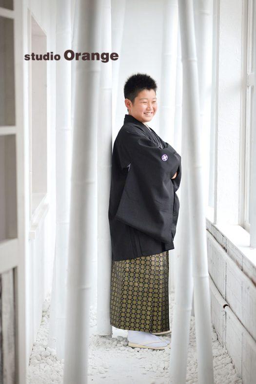 奈良市のフォトスタジオ 、スタジオオレンジで10歳記念撮影。黒い紋付袴でかっこよく腕組み。