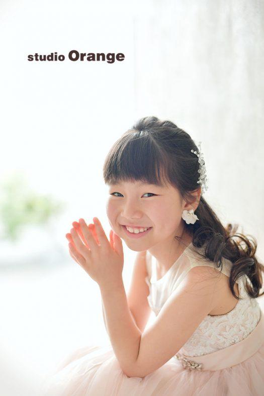 奈良市のフォトスタジオ 、スタジオオレンジで撮影。ドレスを着て大人っぽくヘアセット、太陽光をたくさん取り込むスタジオで記念撮影。